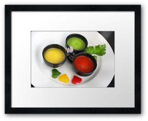 freisteller, red, green, drei, healthy, salat, liebe, love, light, symbol, farbig, rot, weiss, white, gelb, bunt, farbenfroh, farben, ampel, heart, herz, trio, herzen, auswahl, passion, geschirr, rund, vielfalt, paprika, pepper, vegetables, lebensmittel, tasse, grün, parsley, petersilie, gemüse, valentine, valentinstag, liebeserklärung, rohkost, buffet, vegetarisch, metapher, tricolore, vorspeise, vegetarian, kaffeetasse, fingerfood, suppe, herzig, espressotasse, soup, chives, textfreiraum, variationen, klarheit, terzett, ampelfarben, dreierlei, verbraucherschutz, suppenküche, partysuppe, lebensmittelklarheit, lebensmittelampel, ampellichter