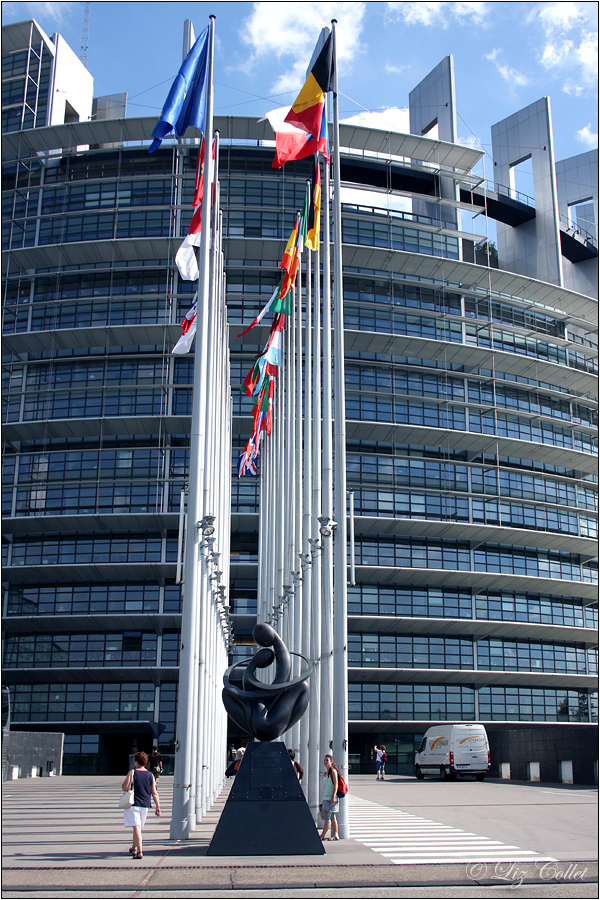 On The Way To Europe © Liz Collet,Bürogebäude, Europäisches Parlament, Tag, Architektur, Objekt, Büro & Office, Keine Personen, Europa, Moderne Baukunst, Außenaufnahme, Symbol, Politik, Gemeinschaft, Hochformat, Europäische Union, Europawahlen, Straßburg,