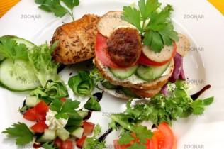Lizchens gesunder Chicken-Salat-Burger © Liz Collet