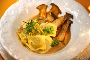Hausgemachte Steinpilz-Ravioli mit gebratenen Kräutersaitlingen © Liz Collet