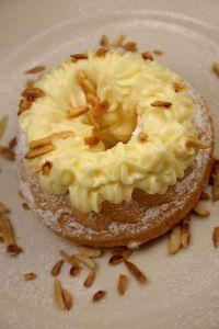 Mini-Guglhupf mit leichter Lemon-Butter-Cream und Karamellmandeln © Liz Collet